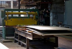 Каким образом можно рубить листовой металл. Мадис. Металлообработка на заказ по чертежам заказчика.